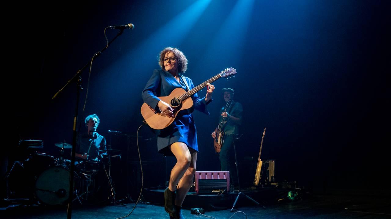 Sanne Wallis de Vries in Kom. met gitaar